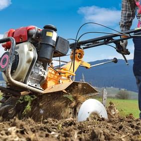 motozappa in movimento e contadino parziale